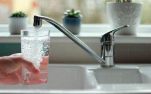 bere acqua del rubinetto fa venire i calcoli?