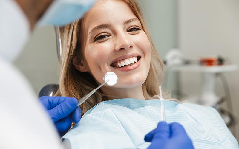 Come funziona la pulizia dei denti e quando farla